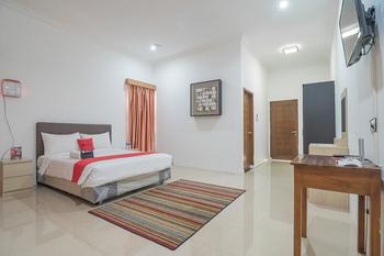 RedDoorz near Jatinangor Town Square Sumedang - RedDoorz Family Room with Breakfast 24 Hours Sale