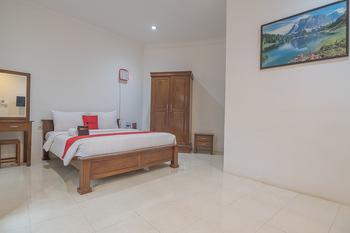 RedDoorz near Jatinangor Town Square Sumedang - RedDoorz Room with Breakfast 24 Hours Sale