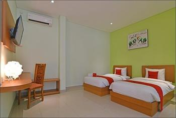 RedDoorz Plus @ Mahendradatta Denpasar Bali - RedDoorz Deluxe Twin Room Basic Deals Promotion