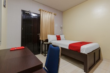 RedDoorz Plus near Pantai Malalayang Manado Manado - RedDoorz Room Regular Plan