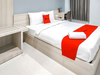 RedDoorz near Pasar Atom Mall Surabaya - RedDoorz Room Basic Deal