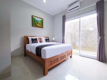 OYO 3906 Dalem Putu Sanjaya Syariah Jogja - Deluxe Double Room Last Minute Deal