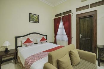 OYO 804 Ndalem Maharani Guest House Yogyakarta - Suite Double Room Regular Plan