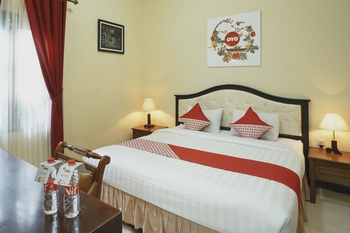 OYO 804 Ndalem Maharani Guest House Yogyakarta -  Deluxe Double Room Regular Plan