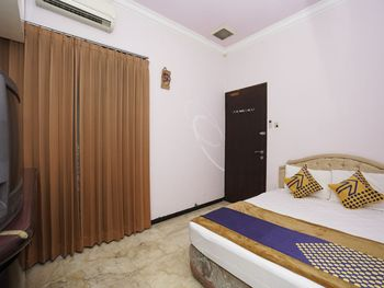 SPOT ON 2483 Salju Korea Residence Surabaya - Saver Double Room Regular Plan