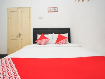 OYO 1482 Brak Guest House Probolinggo - Deluxe Double Room Regular Plan