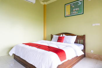 RedDoorz near Senaru Rinjani Lombok - RedDoorz Deluxe Room Basic Deals Promotion
