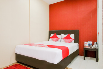 OYO 2060 Adam's Apple Family Guest House Malang - Deluxe Double Room Regular Plan