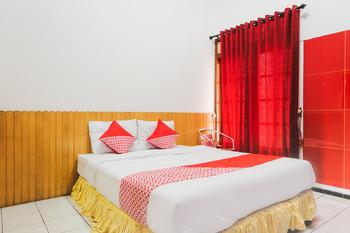 OYO 2060 Adam's Apple Family Guest House Malang - Standard Double Room Regular Plan