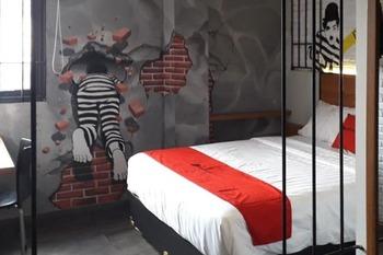 RedDoorz Plus @ Doorman Guest House Bandung -  RedDoorz Deluxe Double Room Last Minute