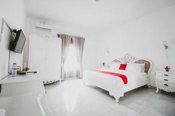 RedDoorz Plus Syariah @ Jalan Brigjend Katamso Medan Medan - RedDoorz Deluxe Room Regular Plan