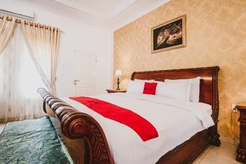 RedDoorz Plus Syariah @ Jalan Brigjend Katamso Medan Medan - RedDoorz Suite with Breakfast Regular Plan