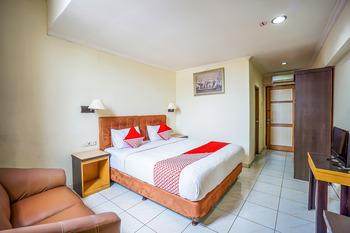 OYO 800 Hotel Yuta Manado - Deluxe Double Room Regular Plan