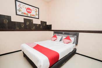 OYO 564 Bunga Matahari Guest House and Hotel Malang - Deluxe Double Room Regular Plan