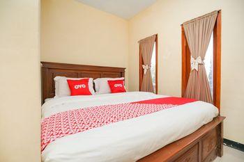 OYO 1834 Family Homestay Probolinggo - Standard Double Room Regular Plan
