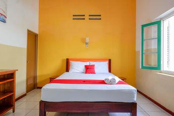 RedDoorz @ Prawirotaman Yogyakarta - RedDoorz Deluxe Room 24 Hours Deal