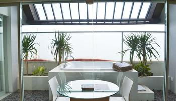 HARRIS Hotel Kuta - HARRIS Sunset Suite Room Only Regular Plan