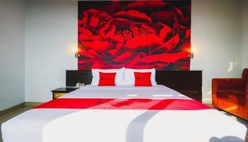 RedDoorz Plus near Mall Ratu Indah 2 Makassar - Deluxe Room Regular Plan