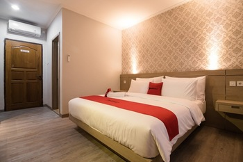 RedDoorz Syariah near Taman Wisata Matahari Puncak - Deluxe Room Special Deals