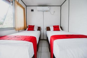 RedDoorz @ Wisata Bukit Baros Sukabumi - RedDoorz Twin Room LM2