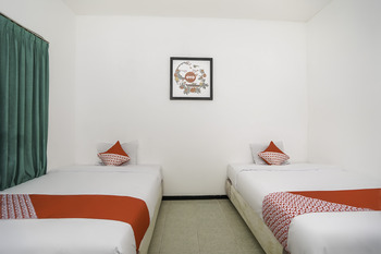 OYO 648 Merapi Inn Surabaya - Standard Twin Room Regular Plan