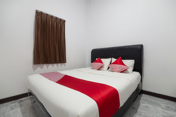 OYO 3729 Cattail Guest House Pontianak - Deluxe Double Room Early Bird Deal