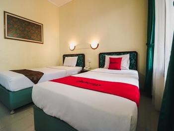 RedDoorz Plus @ Purwosari Solo - RedDoorz Twin Room BASIC DEAL