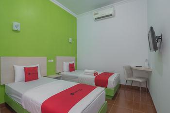 RedDoorz Plus near Alun Alun Kuningan Kuningan - RedDoorz Twin Room 24 Hours Deal
