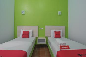 RedDoorz Plus near Alun Alun Kuningan Kuningan - RedDoorz Twin Room with Breakfast 24 Hour Sale