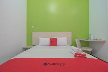 RedDoorz Plus near Alun Alun Kuningan Kuningan - RedDoorz Room with Breakfast 24 Hour Sale
