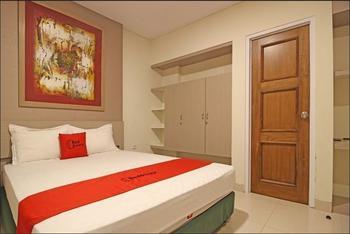 RedDoorz Plus near Lokananta Solo - Premium Room 24 Hours Deal