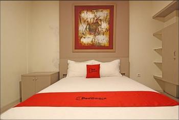RedDoorz Plus near Lokananta Solo - RedDoorz Deluxe Room 24 Hours Deal