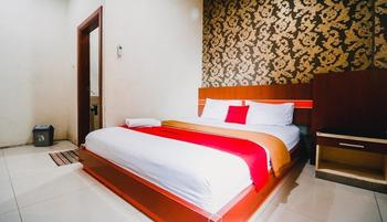 RedDoorz Plus @ Grand City Inn Makassar - RedDoorz Deluxe Room Last Minute