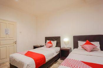 OYO 1224 The White House Hotel Manado - Standard Twin Room Regular Plan