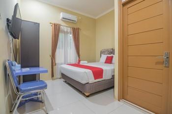 RedDoorz Plus near Syamsudin Noor Airport 3 Banjarbaru - RedDoorz Deluxe Room Long Stays 3D2N