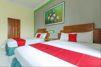 RedDoorz Plus near Alun Alun Kejaksan Cirebon Cirebon - RedDoorz Family Room with Breakfast Special Deals