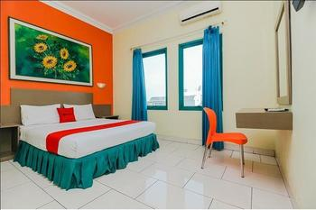 RedDoorz Plus near Alun Alun Kejaksan Cirebon Cirebon - RedDoorz Premium Room with Breakfast Regular Plan