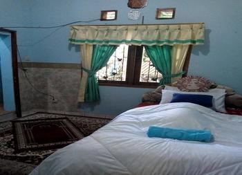 Altahfidz Executive Homestay Syariah Bandung - Deluxe Private Bathroom free Extrabed Regular Plan