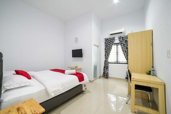 RedDoorz Plus near Thamrin Plaza Medan Medan - RedDoorz Deluxe Room Basic Deal