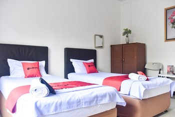 RedDoorz near Sultan Hasanuddin Airport 2 Makassar - RedDoorz Twin Room Last Minute