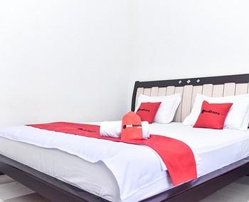 RedDoorz near Sultan Hasanuddin Airport 2 Makassar - RedDoorz Room Same Day Deal