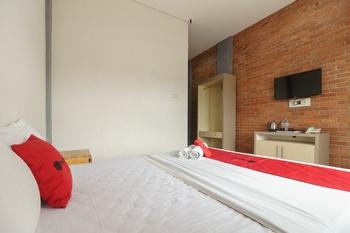 RedDoorz Plus @ Lodaya Gunung Geulis Puncak Bogor - RedDoorz Room Basic Deal