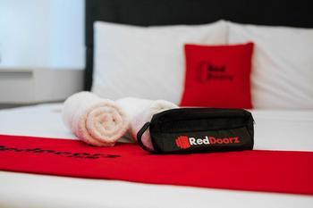 RedDoorz near Uniska Banjarmasin Banjarmasin - RedDoorz Deluxe Room BASIC DEALS