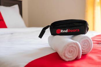 RedDoorz near Uniska Banjarmasin Banjarmasin - RedDoorz Twin Room BASIC DEALS