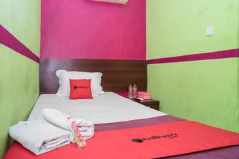 RedDoorz near Uniska Banjarmasin Banjarmasin - RedDoorz Twin Room AntiBoros