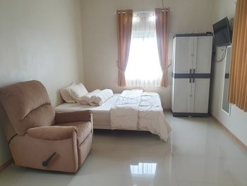 Green Homestay Malang - Standar Room Room Only FC Last Minute Deal