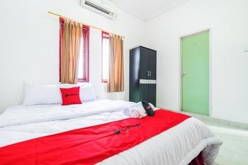 RedDoorz near Universitas Pamulang Tangerang Selatan - RedDoorz Room With Breakfast Long Stay 2N