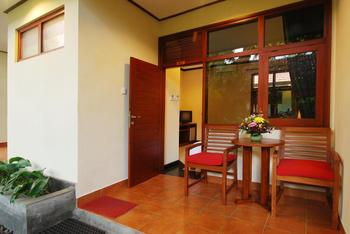 Yulia Beach Inn Bali - Deluxe Triple Room with breakfast Last Minute 30D 30%