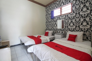 RedDoorz near Sarangan Lake Magetan - RedDoorz Twin Room Today's Deals
