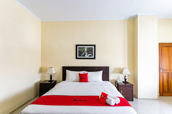 RedDoorz Plus near Alun Alun Karanganyar Karanganyar - RedDoorz Room Best Deal